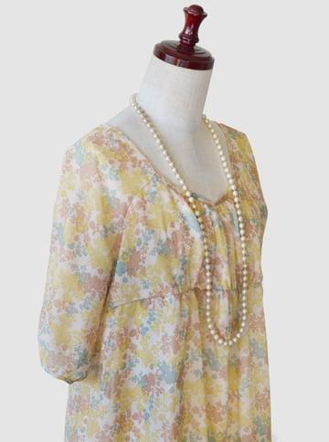 洋服とコーディネートされた撮影したビーズネックレスの写真