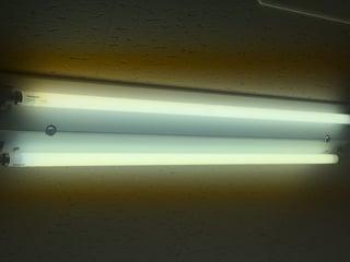 白色蛍光灯にカメラを向けてAEロック