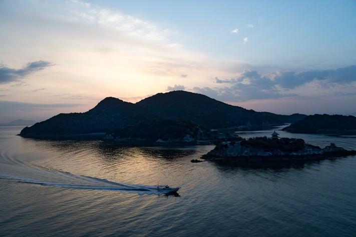 主題と副題 ホテルの最上階から撮影した早朝の弁天島と船の写真