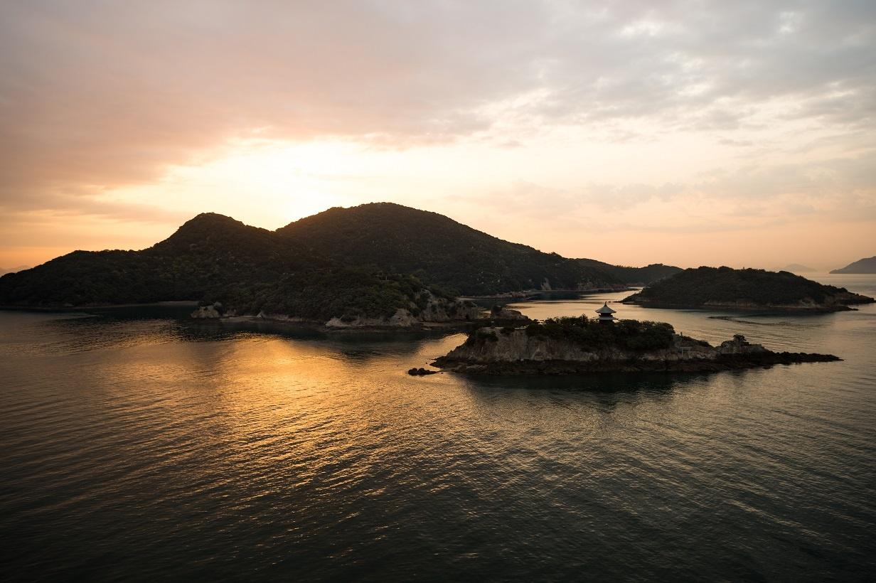 ホテルの最上階から撮影した早朝の弁天島