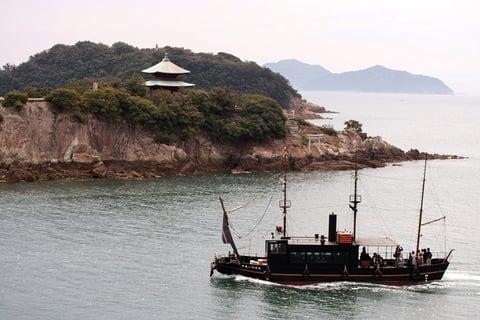 高い場所から撮影された船の写真