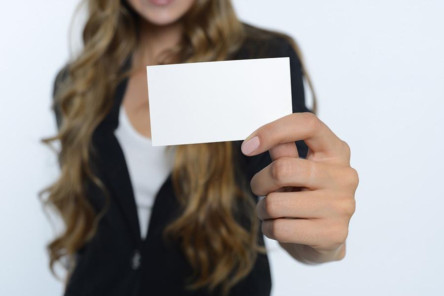 白い紙を差し出す女性の写真