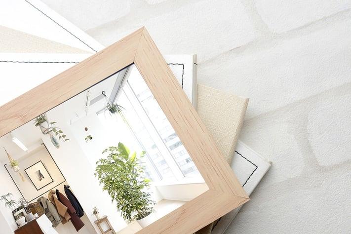 室内が映った鏡を撮影した写真