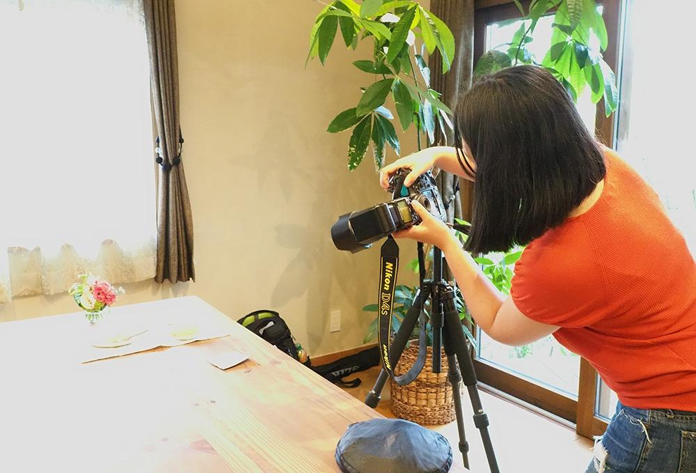 自然光を活かして撮影している模様を収めた写真