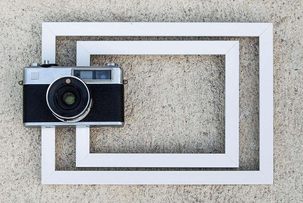 古いフィルムカメラとフレームで構図づくり