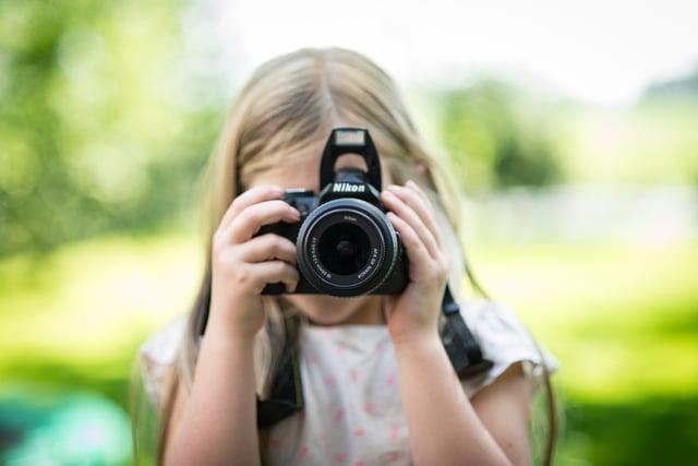 カメラ基礎知識 焦点距離イメージ写真 カメラを構える少女