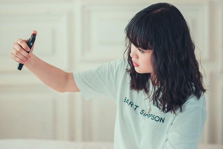 自撮りする若い女性
