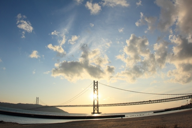 逆光で撮影した橋の写真