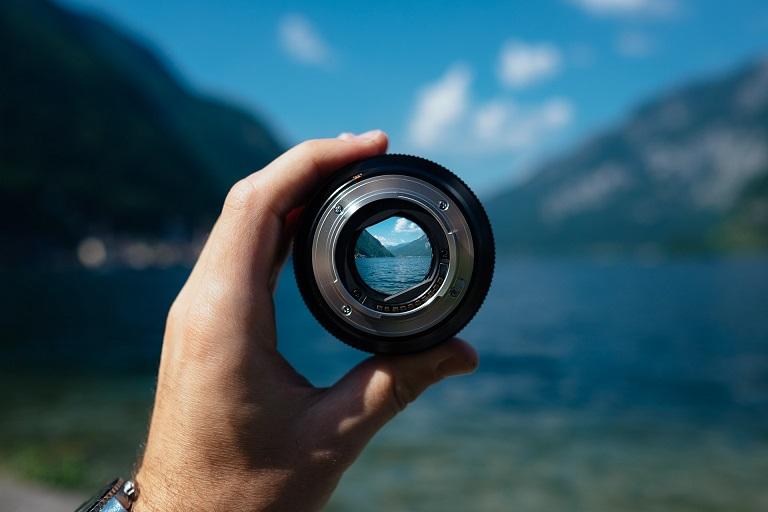 カメラのレンズ越しに風景を見ている写真