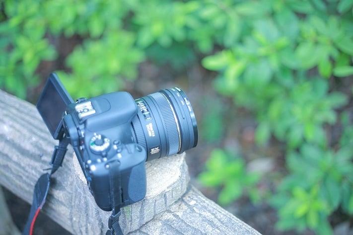 ロケハン時に欄干に置かれたカメラの写真