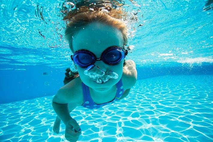 プールで泳ぐ子どもの写真