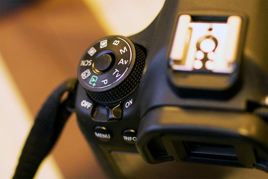 カメラのダイヤルを絞り優先オートに設定