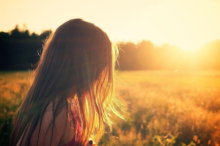 逆光が印象的な少女の写真