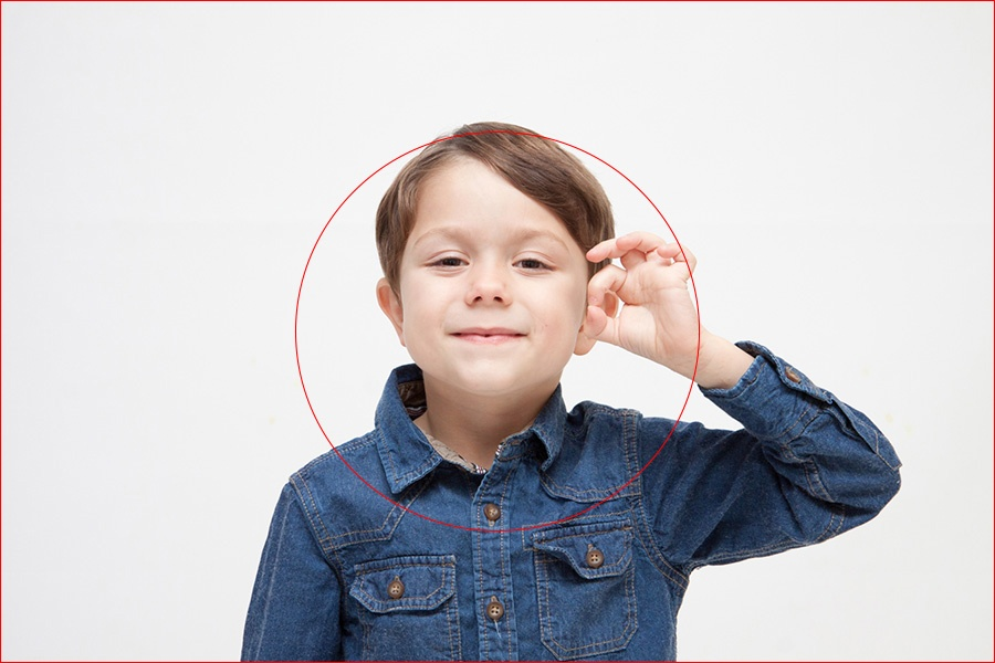 OKサインをしている少年の写真(日の丸構図)