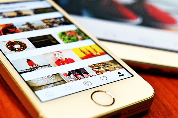 スマートフォンでインスタグラムを見ている写真