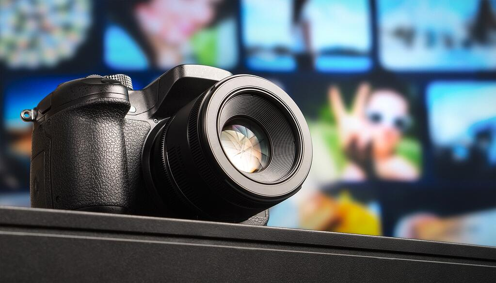 ディスプレイの前に置かれたデジタル一眼カメラ