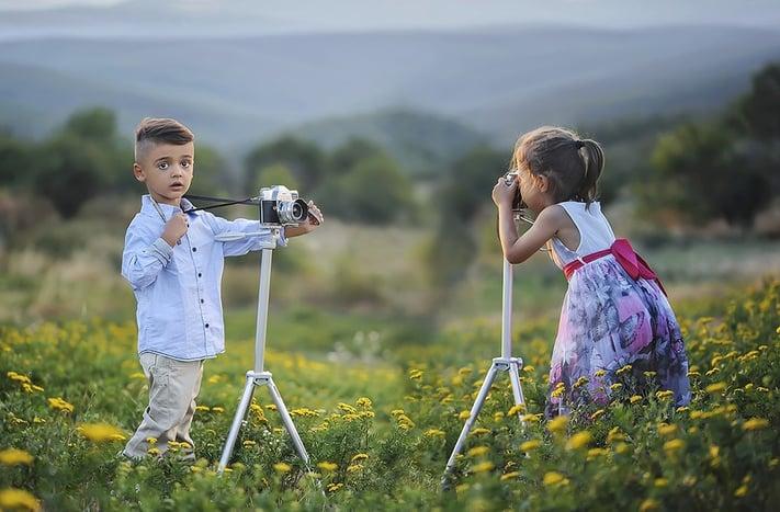 写真をお互いに撮り合う子どもたちの写真