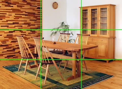画面を3分割する水平・垂直のラインが入ったダイニングの写真
