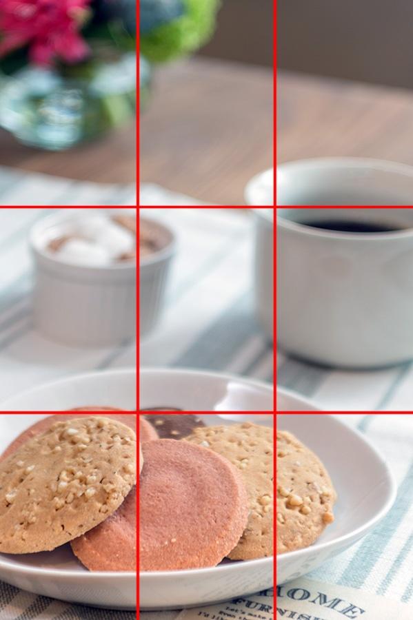 画面を3分割する水平・垂直のラインが入った洋菓子の写真