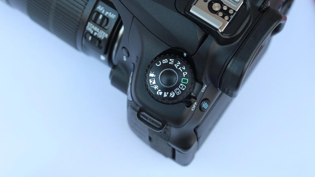ダイヤルで絞り優先オートを設定した一眼レフカメラ